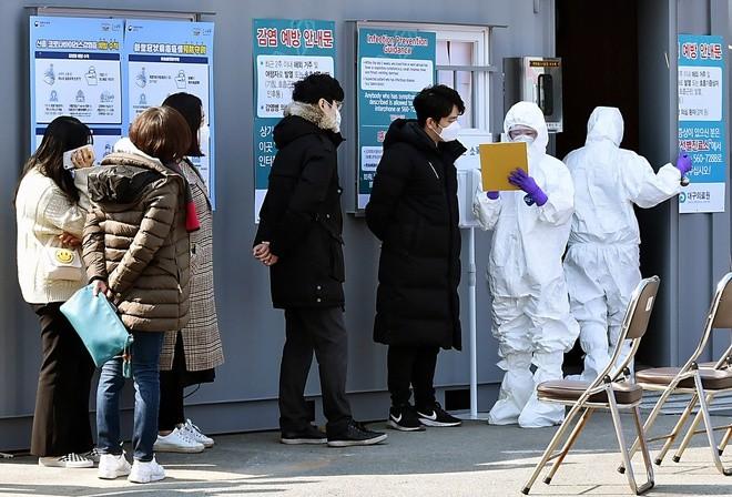 Nhiều người tự nguyện đi xét nghiệm COVID-19 ở Hàn Quốc. Ảnh: AP