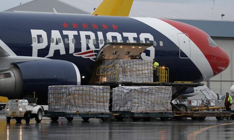 Các thùng khẩu trang được dỡ khỏi máy bay tại Boston