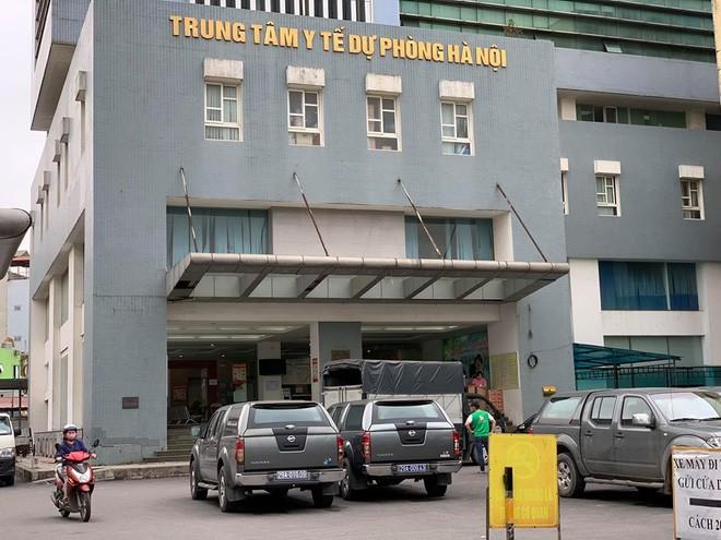 Trung tâm Kiểm soát bệnh tật (CDC) Hà Nội xét nghiệm mẫu bệnh phẩm của người bệnh